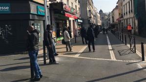 A Montreuil, en Seine-Saint-Denis, au début du confinement. Les personnes migrantes font la queue pour continuer à envoyer de l'argent au pays ©Anne-Isabelle Barthélémy/CCFD-TerreSolidaire